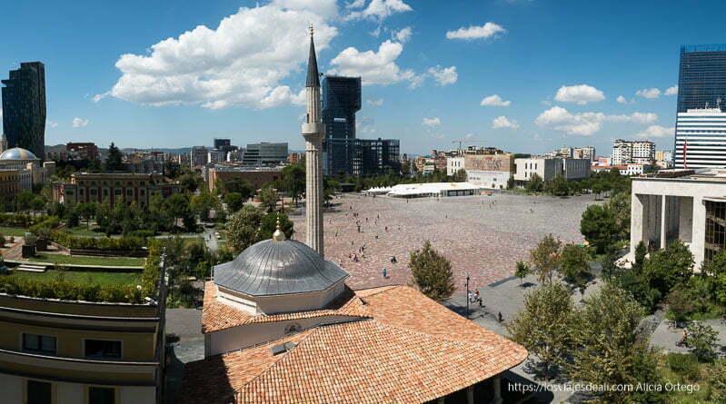 panorámica desde arriba de la plaza de Tirana con la mezquita