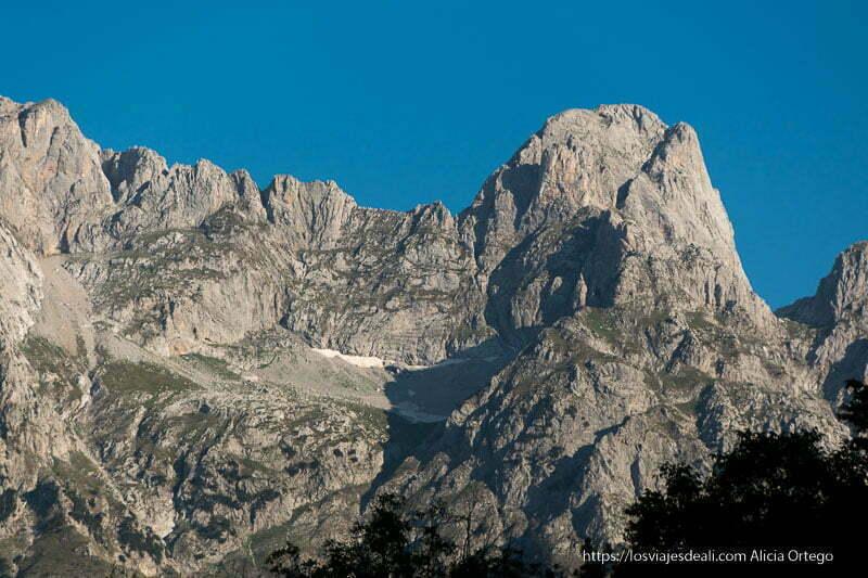 picos de los alpes albaneses con restos de nieve en las zonas umbrías