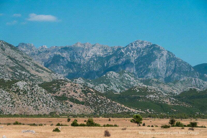 alpes albaneses con campo seco por el verano en las tierras bajas