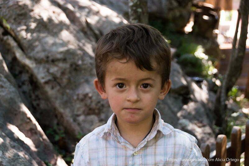 niño albanés mirando a la cámara con expresión seria