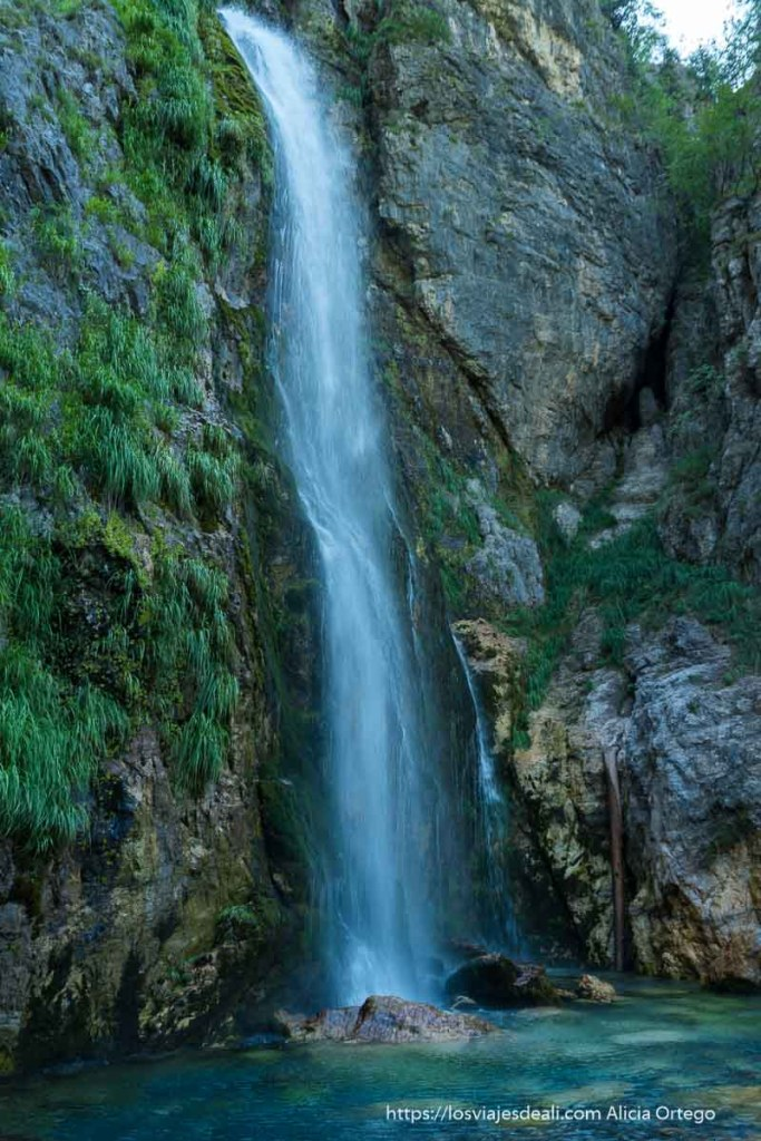 foto vertical de la cascada de grunas con la poza de aguas cristalinas