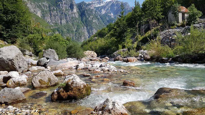río Lumi de aguas gélidas en el valle de theth