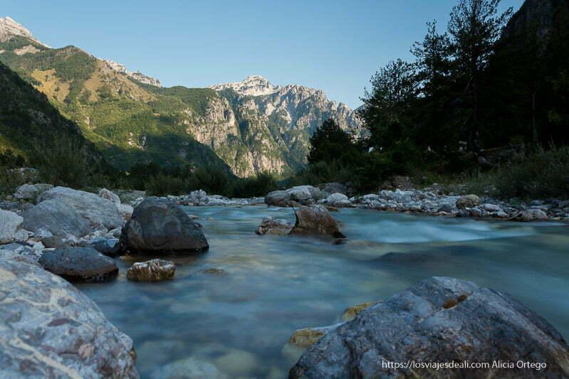 río con agua con efecto seda y montañas al fondo en los alpes albaneses