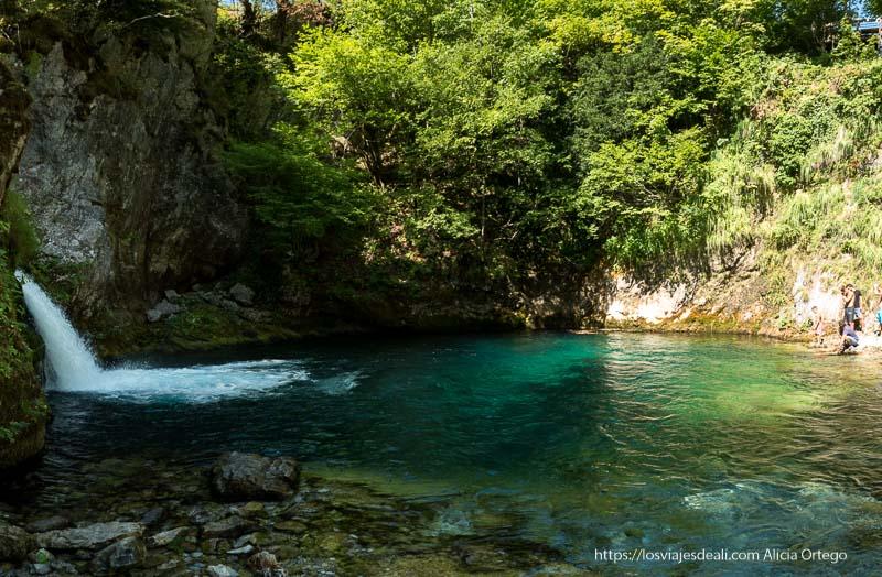 pequeña cascada con poza con agua verde y turquesa en el viaje a Albania