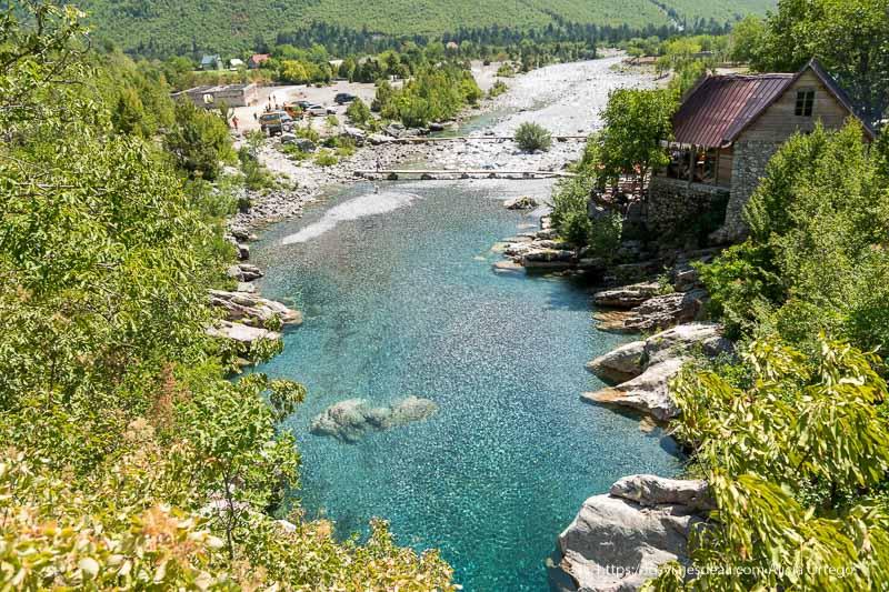 río que hace remanso como piscina con agua turquesa rodeado de vegetación