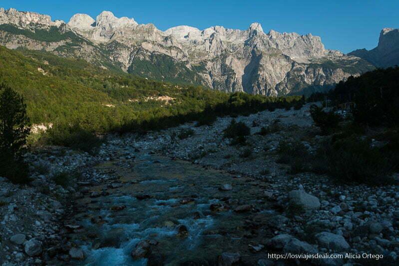 valle de los alpes dináricos con río y montañas de roca de fondo albania en 12 días