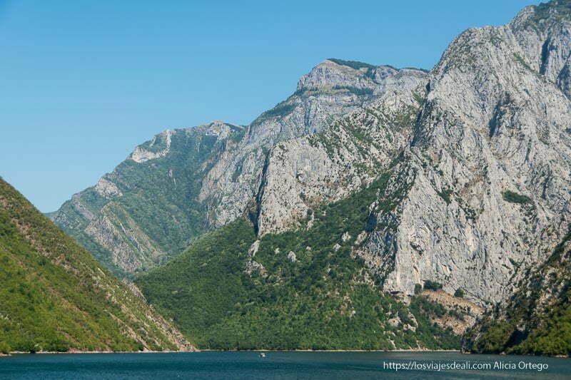 lago Koman con sus paredes de roca altísimas y bosques Albania en 12 días