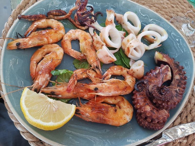 plato de marisco con pulpo, langostinos y calamares en albania en 12 días