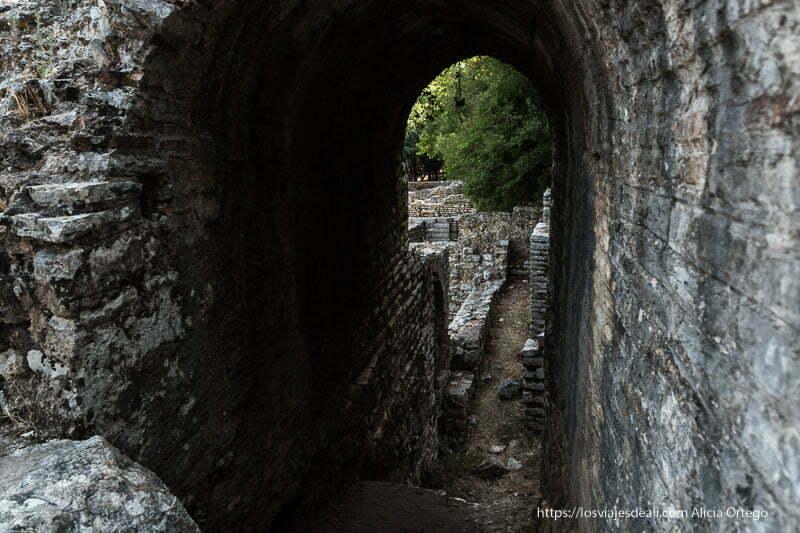 edificio del templo con galería abovedada muy alta en las ruinas de butrinto