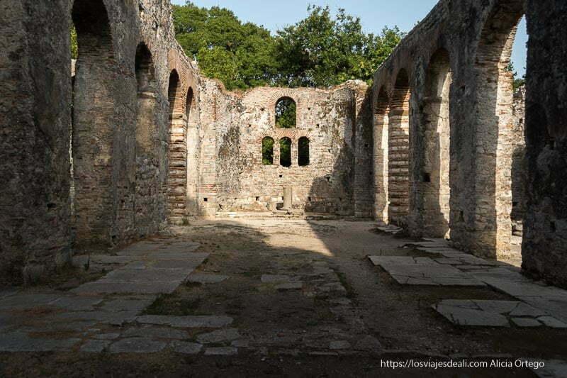 nave principal de la basílica de las ruinas de butrinto con arcos a ambos lados