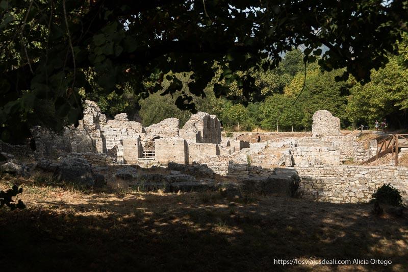 edificios en ruinas del agora de butrinto