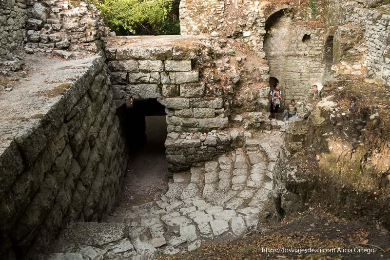 edificio con escaleras en forma semicircular junto a las murallas