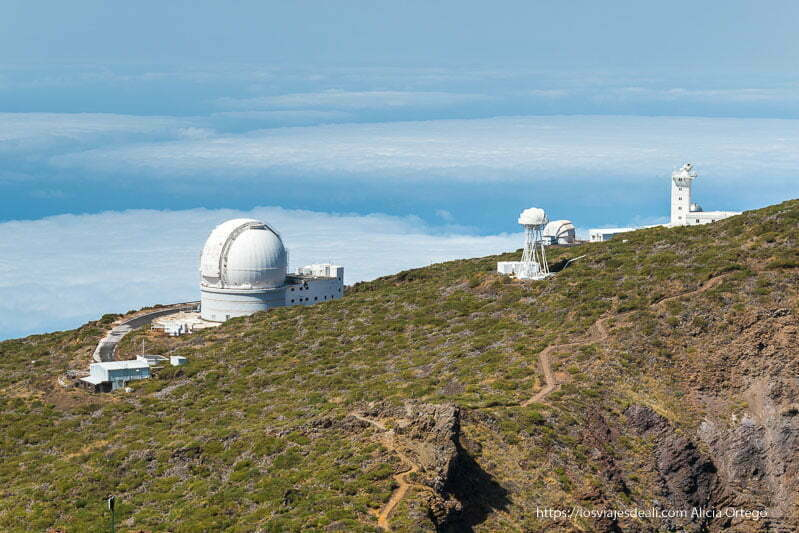 telescopio blanco en el roque de los muchachos y mar de nubes hasta el horizonte