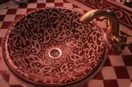 Detalle lavabo rojo en el Riad Losra