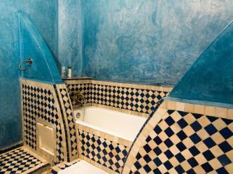 Bañera azul en el Riad Losra