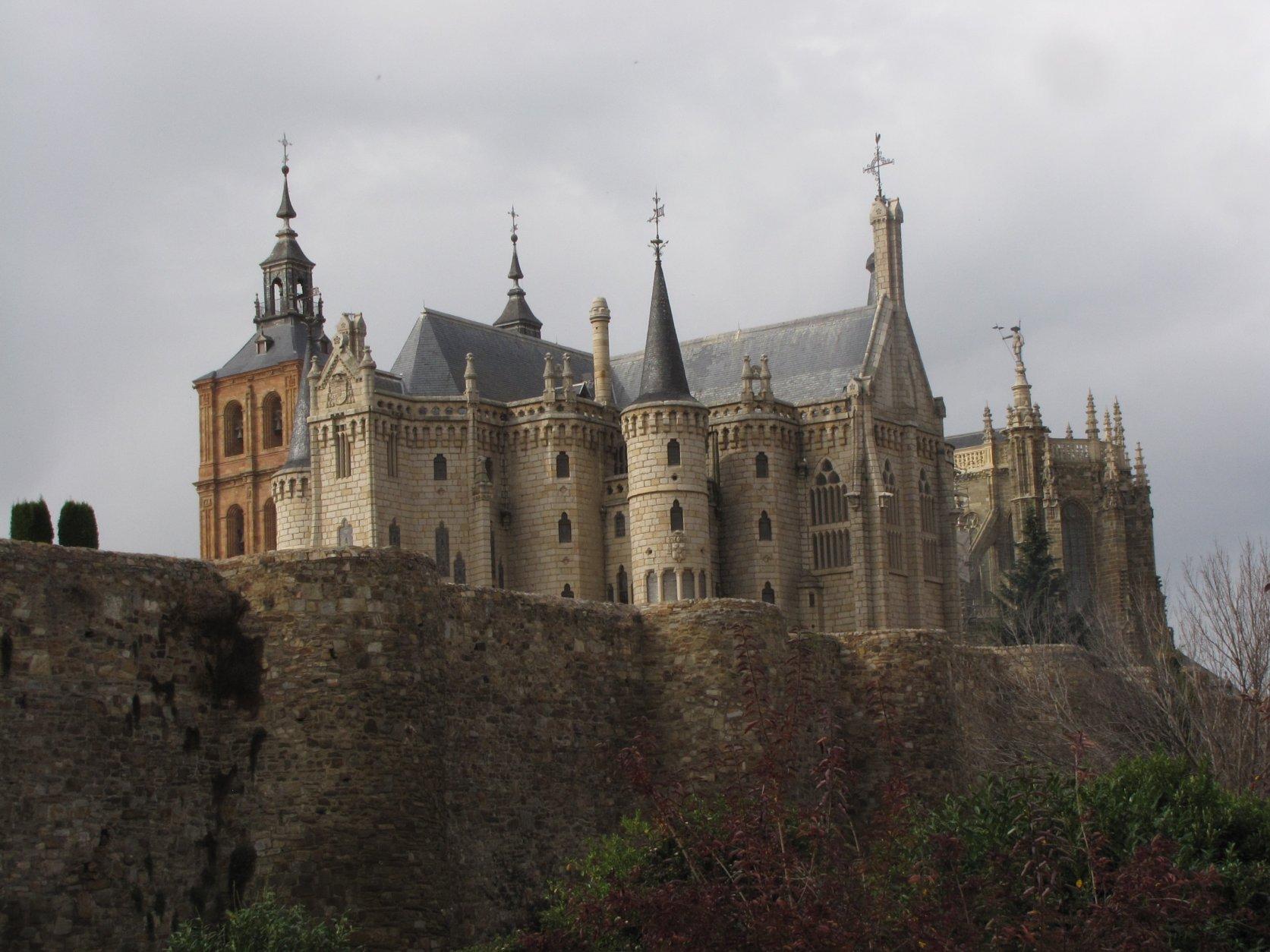 -Desde la muralla medieval, vista del palacio-