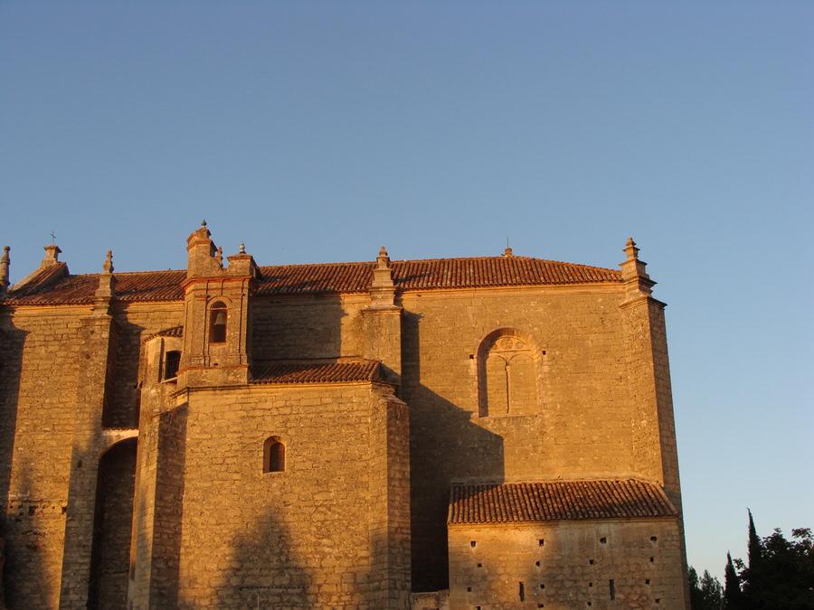 Acabaremos la visita dirigiéndonos a la puerta de Carlos V ,subir a sus murallas y contemplar la Iglesia del Espiritu santo.