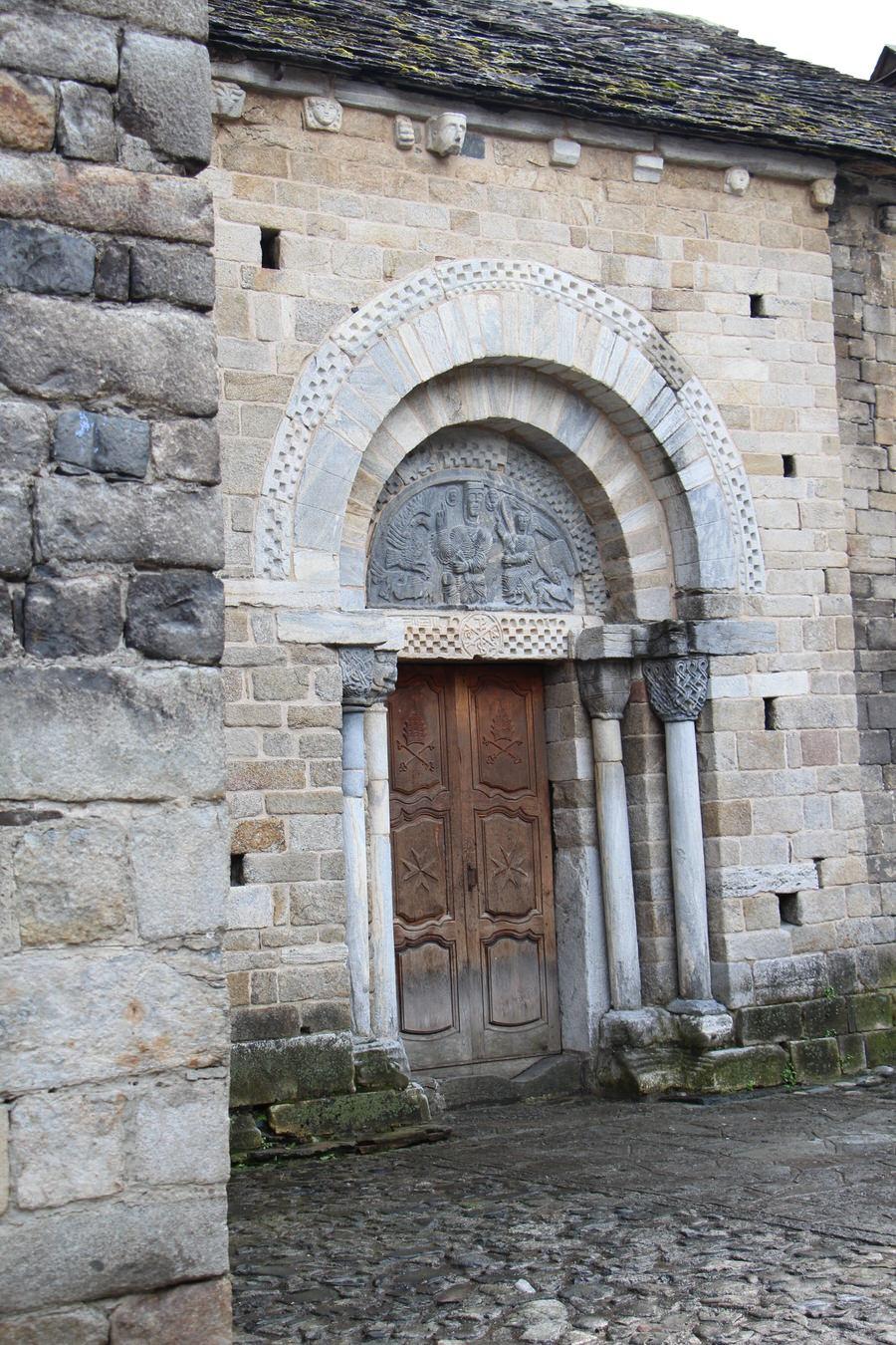-Puerta trasera Iglesia de la Asunción de María de Bossost-
