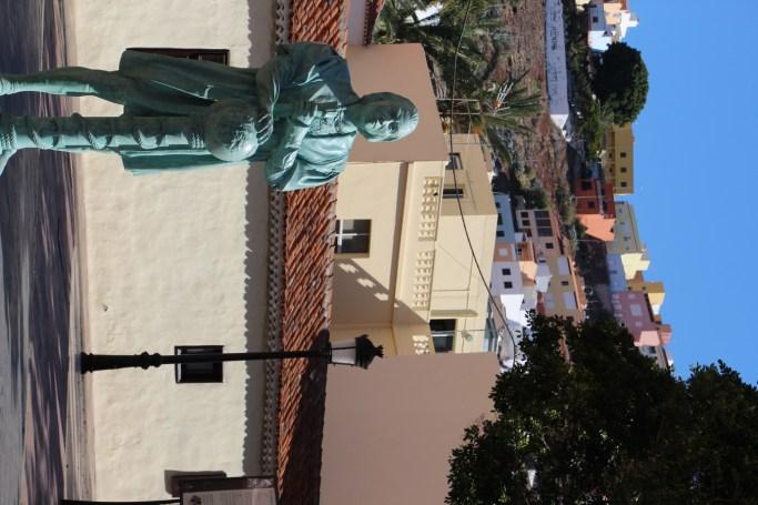 -Monumento a Colón delante de la Casa de la Aguada-