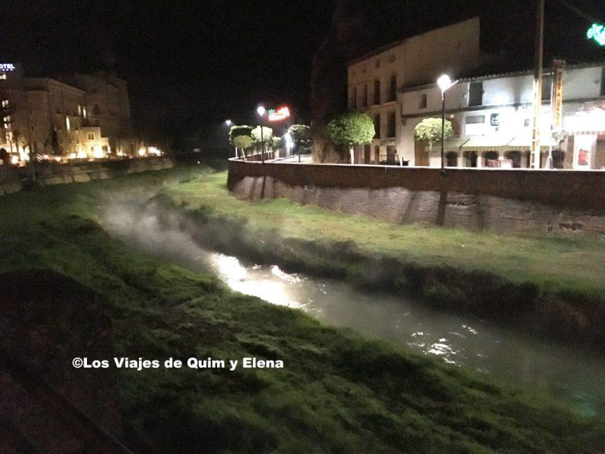 El agua del río baja calentito