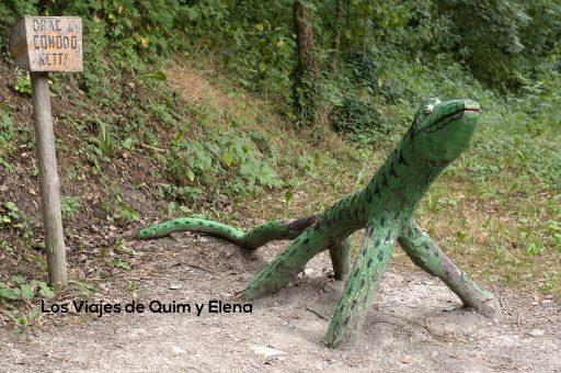 Un dragón de Comodo en el bosque encantado