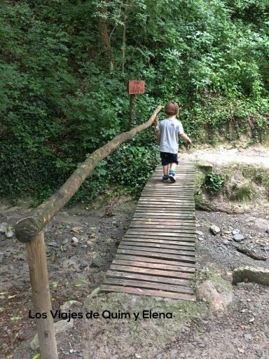 Éric sobre un puente