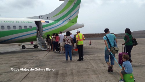 Subiendo a un avión de Binter en Cabo Verde