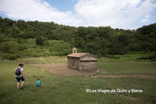 Ermita de Santa Margarida en el crater del volcán