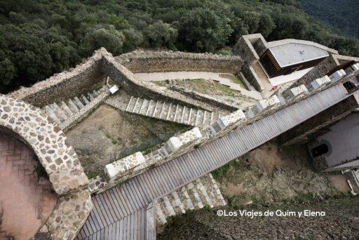 Vista del complicado acceso al castillo de Montsoriu