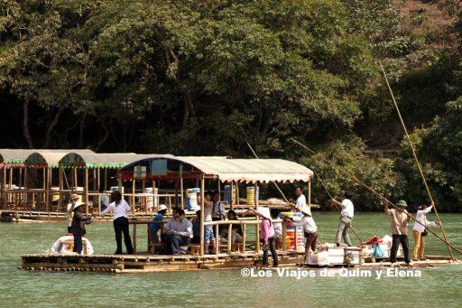 Balsas para los turistas en las Cataratas de Ban Gioc