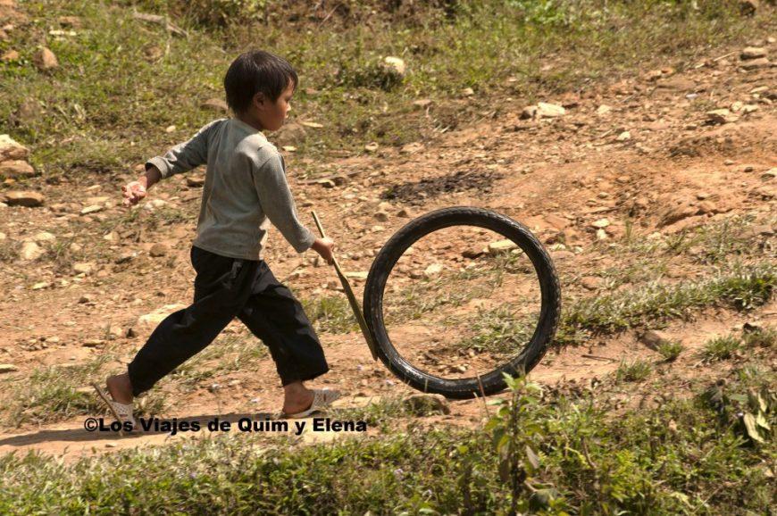 Un niño jugando en la aldea Hmong negros