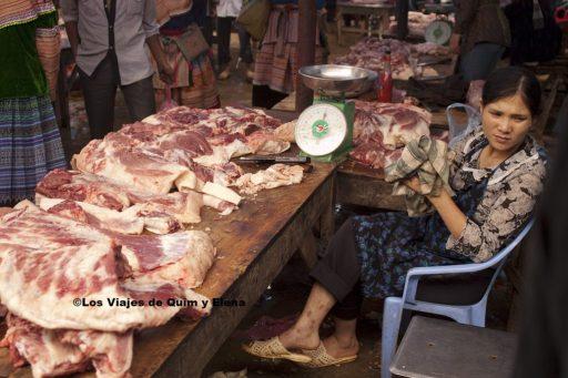 La carnicera esperando clientes