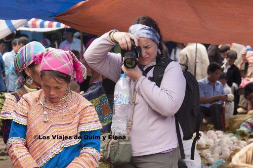 Elena haciendo fotos en el mercado de Bac Ha