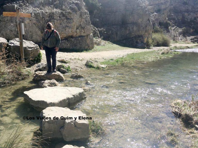 Elena cruzando hacia el río Barranco de la Hoz