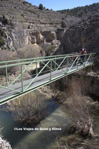 Pasando sobre el río en el Barranco de la Hoz