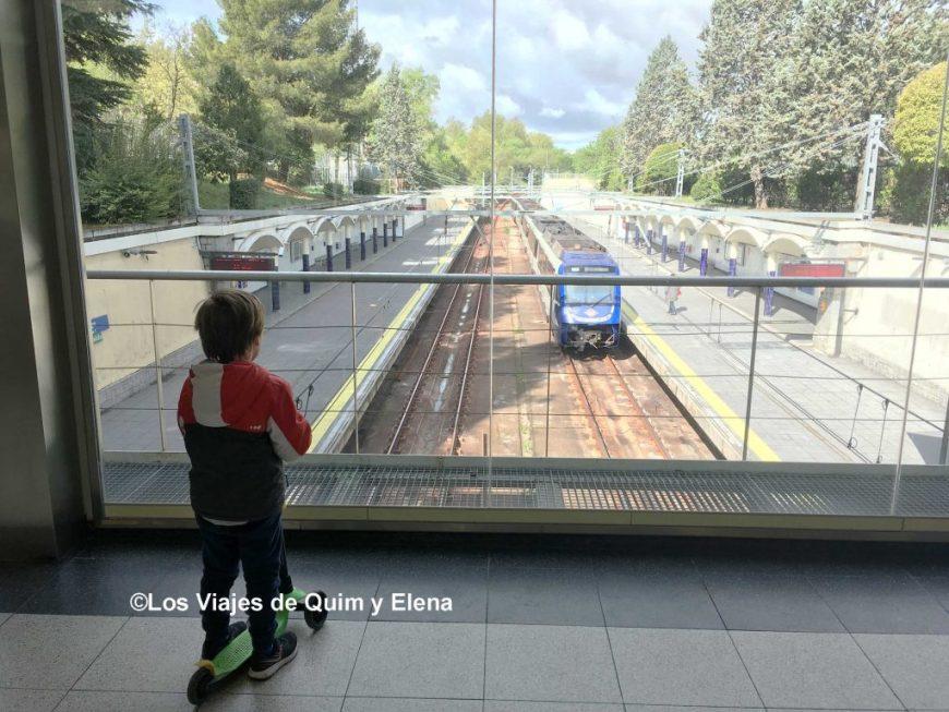 Éric disfrutando viendo llegar el metro