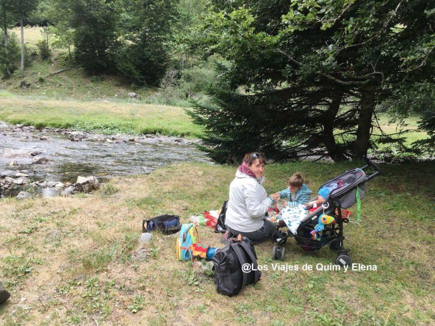 Disfrutando del picnic junto al río