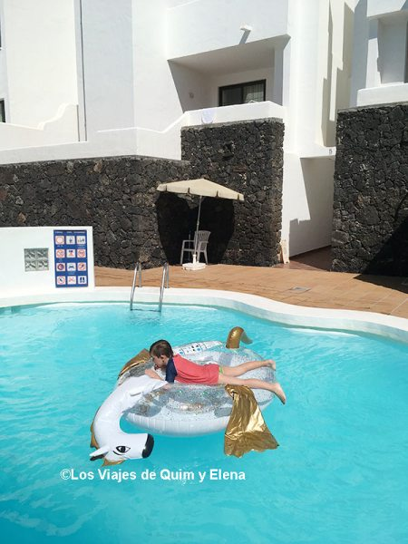 Éric remojándose en Costa Teguise