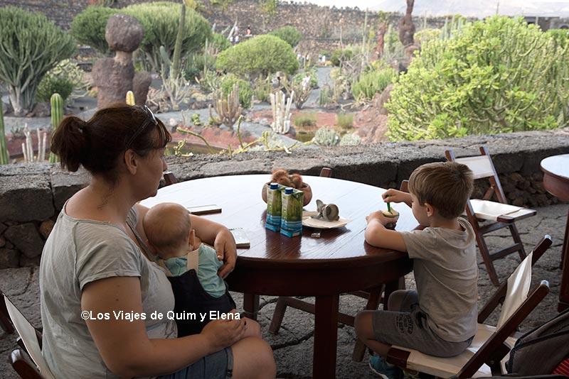 Haciendo una pausa en el jardín de cactus