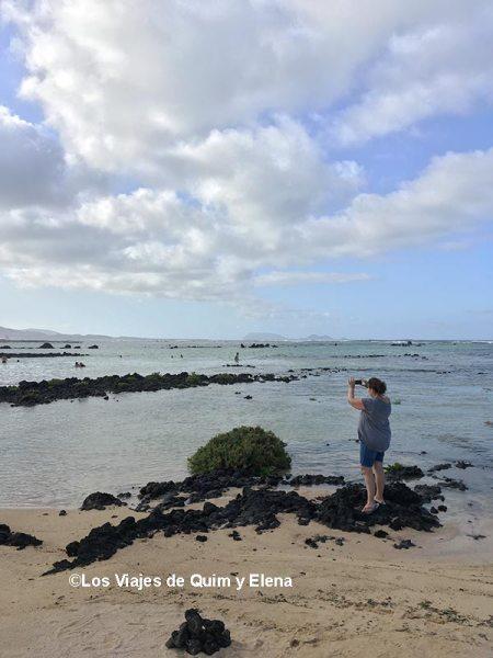 Elena haciendo fotos en Caletón Blanco