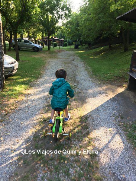 Éric en bici por el Camping Lava