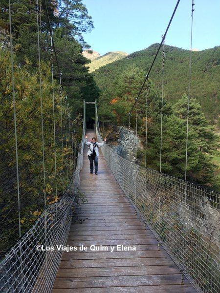 Elena en el puente colgante de la Vía del Nicolau