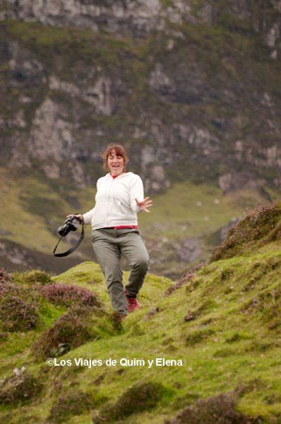 Elena bajando de fotografiar ovejas de manera natural