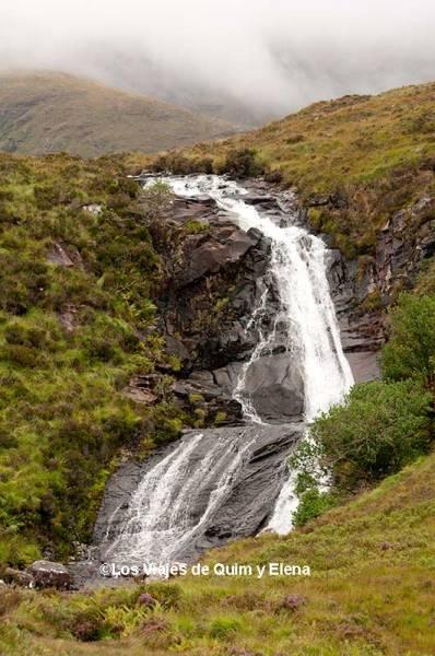 Cascada inesperada en la Isla de Skye