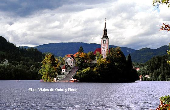 Iglesia de la asunción de la Virgen en el lago Bled
