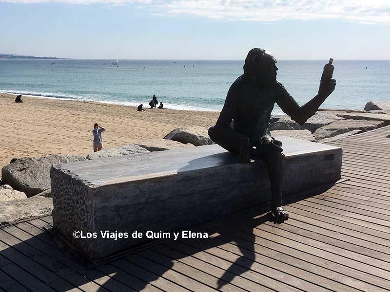 Estatua del Mono del Anís de Badalona en que ver en Badalona