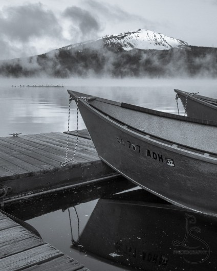 Boats floating at a frosty dock at sunrise on Diamond Lake in Oregon | LotsaSmiles Photography