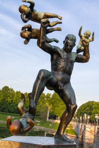 Statue of a man surrounded by flying babies in Vigeland Park | LotsaSmiles Photography
