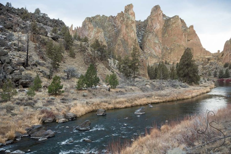 The Crooked River winding through Smith Rock State Park in Central Oregon | LotsaSmiles Photography