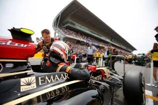 Pastor Maldonado, Lotus F1, arrives on the grid.